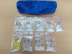zabezpieczone narkotyki z foliowych woreczkach z zapięciem strunowym, nad woreczkami kosmetyczka w której się znajdowały