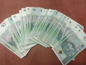 odzyskane pieniądze ułożone na stole